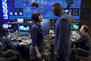 Idris Elba e Rinko Kikuchi a confronto in una scena di Pacific Rim