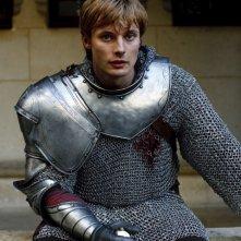 Bradley James druante un momento dell'episodio La maledizione di Cornelius Sigan, della seconda stagione di Merlin