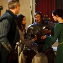 Merlin: Anthony Head, Katie McGrath e Bradley James druante una scena dell'episodio La maledizione di Cornelius Sigan, della seconda stagione