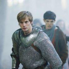 Merlin: Bradley James e Colin Morgan in una scena dell'episodio La morte di Artù, della prima stagione