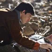 Merlin: Bradley James insieme a Colin Morgan durante una scena dell'episodio La morte di Artù, della prima stagione