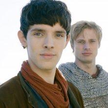 Merlin: Bradley James insieme a Colin Morgan in una scena dell'episodio Il labirinto Gedref, della prima stagione