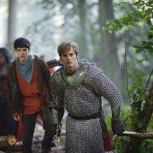 Merlin: Bradley James insieme a Colin Morgan in una scena dell'episodio La morte di Artù, della prima stagione