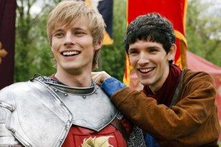 Merlin: Colin Morgan insieme a Bradley James in una scena dell'episodio La Regina del passato e del futuro, della seconda stagione