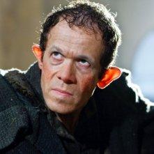 Merlin: Adam Godley in una scena dell'episodio La bella e la bestia: Parte 2, della seconda stagione