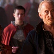 Merlin: Charles Dance insieme a Samara MacLaren in una scena dell'episodio Il cacciatore di streghe della seconda stagione