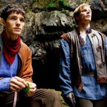 Merlin: Colin Morgan e Bradley James in una scena dell'episodio L'ultimo signore dei draghi, della seconda stagione