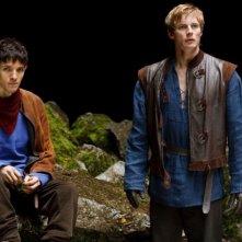 Merlin: Colin Morgan insieme a Bradley James in una scena dell'episodio L'ultimo signore dei draghi, della seconda stagione