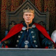 Merlin: David Schofield, Anthony Head e Katie McGarth in una scena dell'episodio Sogni dolci, della seconda stagione
