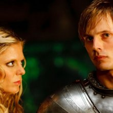 Merlin: Emilia Fox e Bradley James in una scena dell'episodio I peccati del padre, della seconda stagione