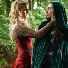 Merlin: Emilia Fox e Katie McGrath in una scena dell'episodio I fuochi di Idirsholas, della seconda stagione
