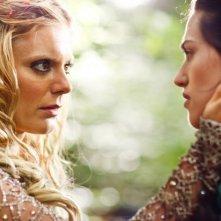 Merlin: Emilia Fox insieme a Katie McGrath in una scena dell'episodio I fuochi di Idirsholas, della seconda stagione