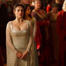 Merlin: Katie McGrath durante una scena dell'episodio La bella e la bestia: Parte 1, della seconda stagione