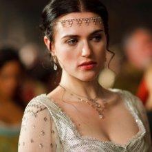 Merlin: Katie McGrath in una scena dell'episodio La bella e la bestia: Parte 1, della seconda stagione