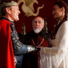 Merlin: Sarah Parish ed Anthony Head druante una scena dell'episodio La bella e la bestia: Parte 1, della seconda stagione