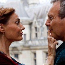 Merlin: Sarah Parish ed Anthony Head in una scena dell'episodio La bella e la bestia: Parte 1, della seconda stagione