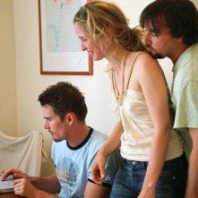 Ethan Hawke, Julie Delpy e il regista Richard Linklater di fronte a un computer sul set di Before Midnight
