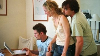 Ethan Hawke, Julie Delpy e il regista Richard Linklater di fronte a un computer sul set di Before Midnight