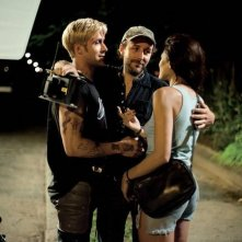 Ryan Gosling con Eva Mendes e il regista Derek Cianfrance sul set di The Place Beyond the Pines