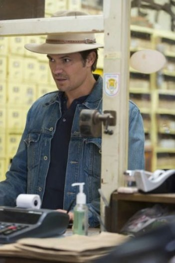 Justified: Timothy Olyphant in un momento dell'episodio Hole in the Wall