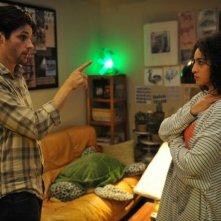 La stratégie de la poussette: Raphaël Personnaz insieme a Camelia Jordana in una scena della commedia