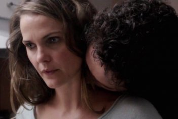 The Americans: Matthew Rhys e Keri Russell in una scena del primo episodio della serie