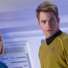 Alice Eve e Chris Pine a confronto in una scena di Star Trek Into Darkness