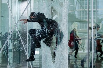 Benedict Cumberbatch in fuga in un momento spettacolare di Star Trek Into Darkness