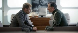 Chris Pine a colloquio con Bruce Greenwood in un'immagine di Star Trek Into Darkness