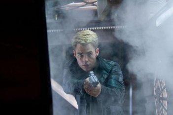 Il comandante Chris Pine sfodera la pistola in una scena di Star Trek Into Darkness