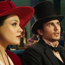Il grande e potente Oz: James Franco e Mila Kunis osservano le magie di Oz