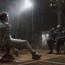 Oblivion: Tom Cruise legato su una sedia di fronte a Morgan Freeman