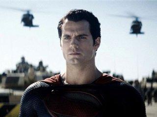 Un primo piano di Henry Cavill nei panni di Superman in L'uomo d'acciaio