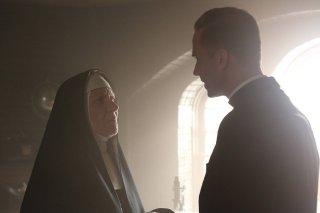 American Horror Story, seconda stagione: Barbara Tarbuck con Joseph Fiennes nell'episodio Spilt Milk