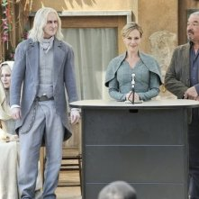 Defiance: Graham Greene, Julie Benz e Tony Curran  in una scena del pilot della serie