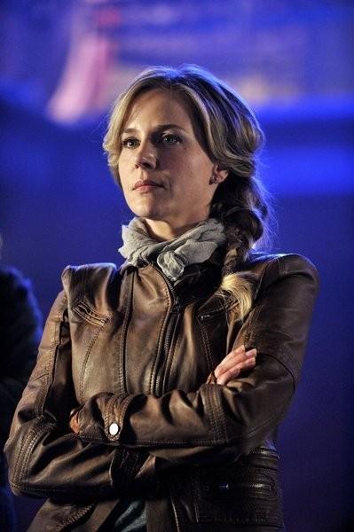 Defiance: Julie Benz in una scena del pilot della serie
