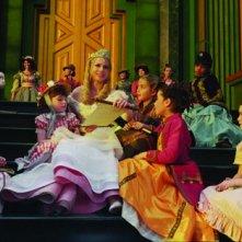 Il grande e potente Oz: Michelle Williams circondata dai bambini di Oz
