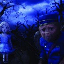 Il grande e potente Oz: una delle scimmie volanti che popolano il film insieme a una bambola di Oz