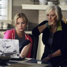 Pretty Little Liars: Ashley Benson e Betty Buckley nell'episodio She's Better Now