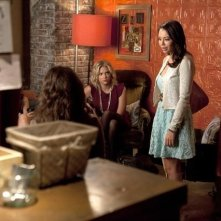 Pretty Little Liars: Ashley Benson e Janel Parrish nell'episodio Mona-Mania