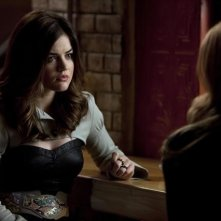 Pretty Little Liars: Lucy Hale nell'episodio Mona-Mania