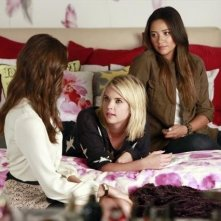 Pretty Little Liars: Troian Bellisario, Ashley Benson e Shay Mitchell nell'episodio Misery Loves Company