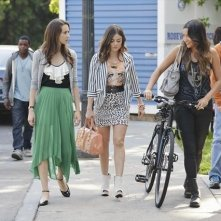 Pretty Little Liars: Troian Bellisario, Lucy Hale e Shay Mitchell nell'episodio She's Better Now