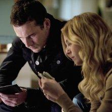 Emily VanCamp e Barry Sloane nell'episodio Confidence della seconda stagione della serie TV Revenge