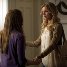 Emily VanCamp e Christa B. Allen nell'episodio Resurrection della seconda stagione della serie TV Revenge