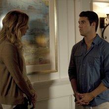 Emily VanCamp e Josh Bowman nell'episodio Resurrection della seconda stagione della serie TV Revenge