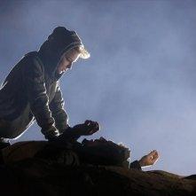 Revenge: Emily VanCamp e Barry Sloane in una scena dell'episodio Power della seconda stagione della serie