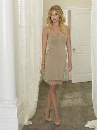 Revenge: Emily VanCamp in una foto promozionale della stagione 2