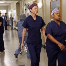 Grey's Anatomy: Ellen Pompeo con Chandra Wilson in una scena dell'episodio Beautiful Doom, della nona stagione