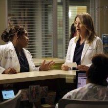 Grey's Anatomy: Ellen Pompeo e Chandra Wilson in una scena dell'episodio Beautiful Doom, della nona stagione